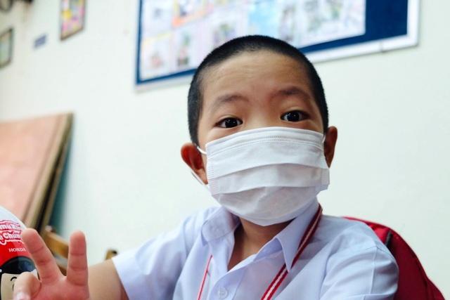 Đà Nẵng: Phụ huynh đến nhận đề kiểm tra từ giáo viên mang về cho con làm - 1