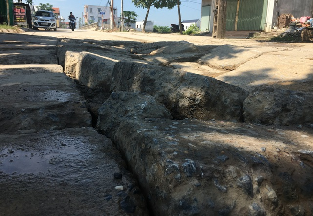 Kinh hãi đoạn đường bê tông vỡ vụn, tai nạn xảy ra như cơm bữa ở Hà Nội - 5
