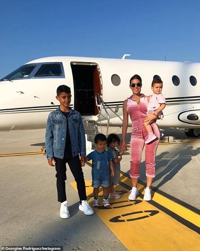 Bạn gái C.Ronaldo và những lần khoe ảnh sang chảnh trong máy bay riêng - 7