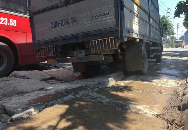 Kinh hãi đoạn đường bê tông vỡ vụn, tai nạn xảy ra như cơm bữa ở Hà Nội - 3