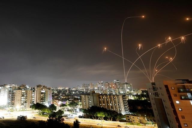 Israel không kích rung chuyển Dải Gaza sau khi hứng 150 rocket từ Hamas - 1