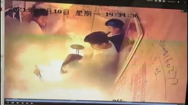 Xe đạp điện Trung Quốc phát nổ trong thang máy đông người - 1