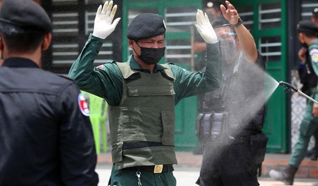 Hơn 80 cảnh sát ở vùng đỏ Campuchia mắc Covid-19 - 1
