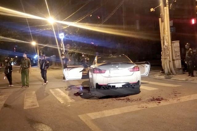 Lái BMW để pô nổ to, tài xế và bạn bị nhóm người lạ vây chém xối xả - 1