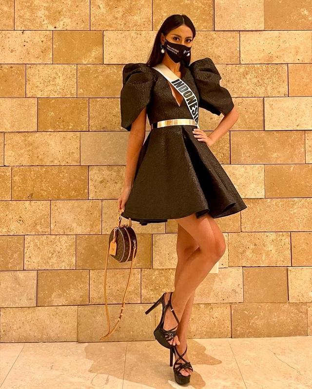 Khánh Vân ghi điểm khi giúp người đẹp Myanmar không may bị mất hành lý - 9