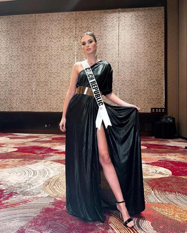 Khánh Vân ghi điểm khi giúp người đẹp Myanmar không may bị mất hành lý - 24