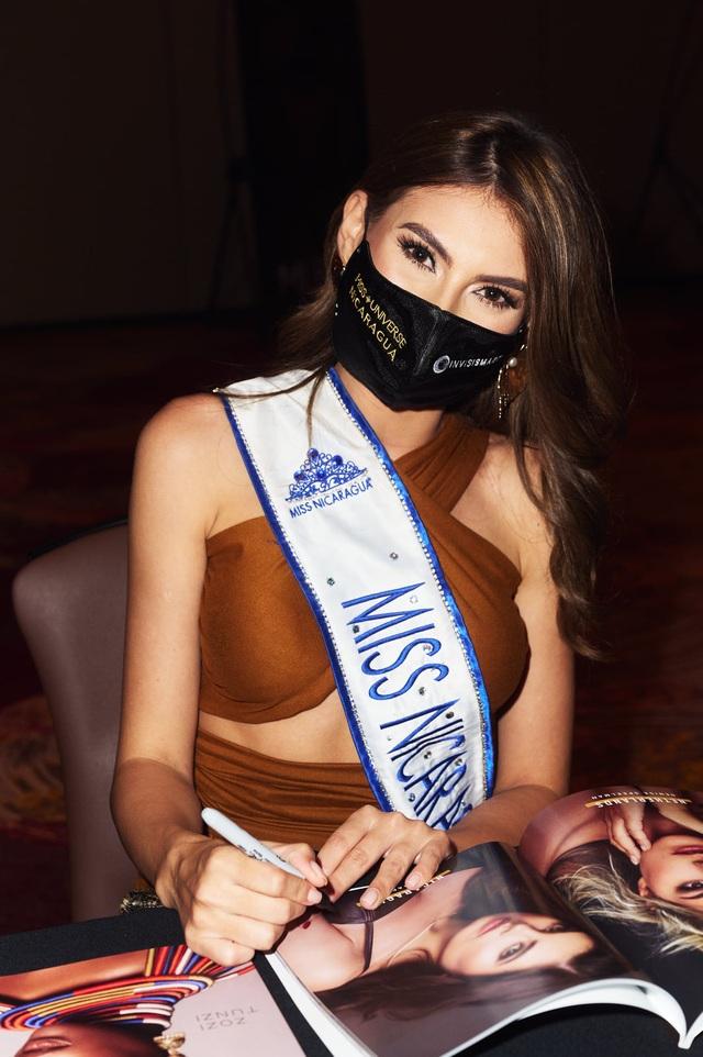 Khánh Vân ghi điểm khi giúp người đẹp Myanmar không may bị mất hành lý - 20