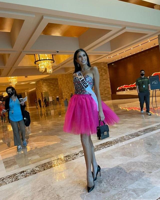 Khánh Vân ghi điểm khi giúp người đẹp Myanmar không may bị mất hành lý - 12