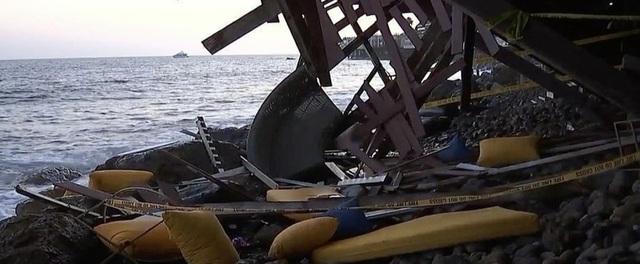 Mỹ: Nhà ven biển bất ngờ sập ban công, hàng chục người rơi xuống bãi đá - 1