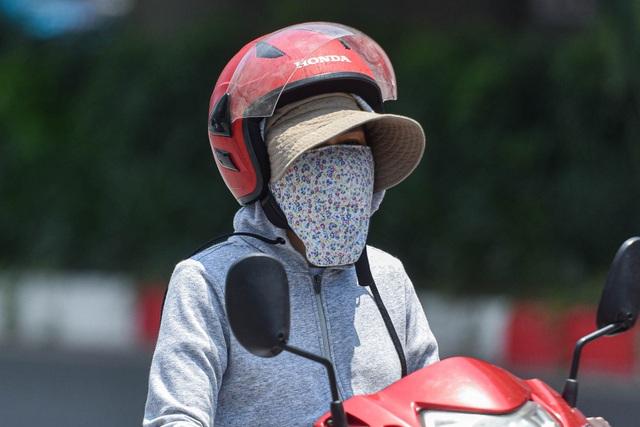 Người dân quay cuồng với nắng nóng đầu hè, mặc 3 lớp áo vẫn bỏng rát - 4