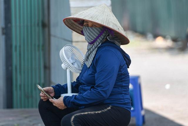 Người dân quay cuồng với nắng nóng đầu hè, mặc 3 lớp áo vẫn bỏng rát - 7