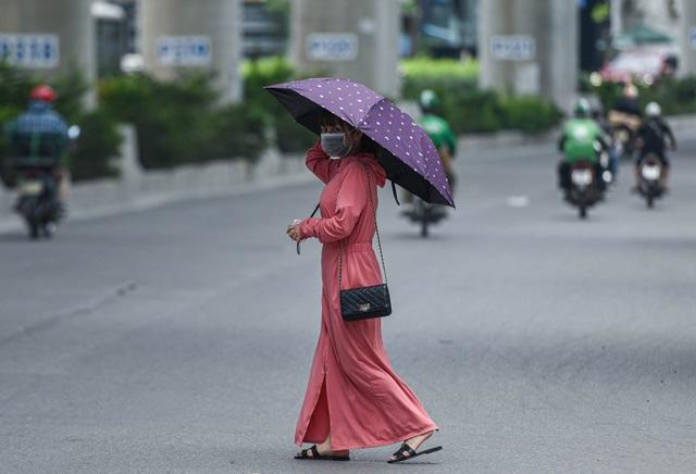Người dân quay cuồng với nắng nóng đầu hè, mặc 3 lớp áo vẫn bỏng rát - 6