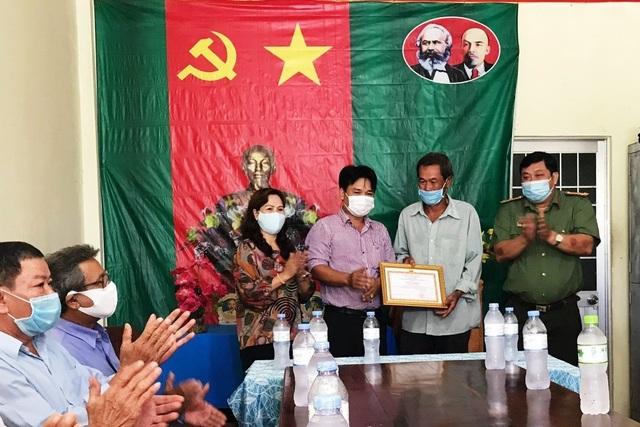 Khen thưởng 5 công dân phát hiện 11 người nhập cảnh trái phép từ Campuchia - 2