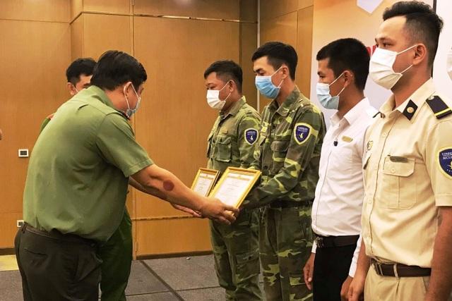 Khen thưởng 5 công dân phát hiện 11 người nhập cảnh trái phép từ Campuchia - 1