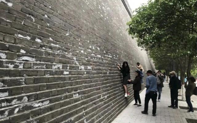 Khách Trung Quốc bị lên án vì ý thức kém tại các điểm du lịch - 1
