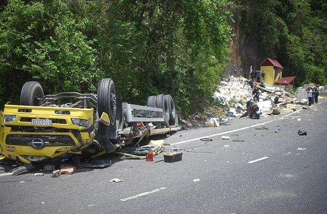 Xe tải nát bét sau khi tông vào vách núi, 2 người tử vong trong cabin - 1