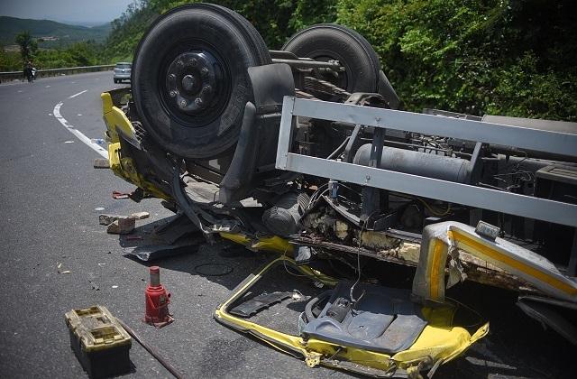 Xe tải nát bét sau khi tông vào vách núi, 2 người tử vong trong cabin - 2