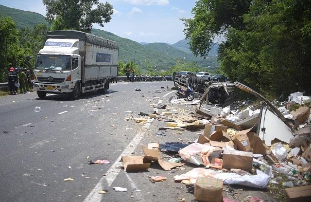 Xe tải nát bét sau khi tông vào vách núi, 2 người tử vong trong cabin - 3