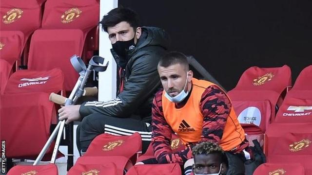 Đội trưởng chống nạng ngồi buồn thiu, Man Utd lo lắng - 1
