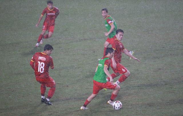 Đội tuyển Việt Nam luyện công dưới mưa to chờ đấu Malaysia, UAE - 3