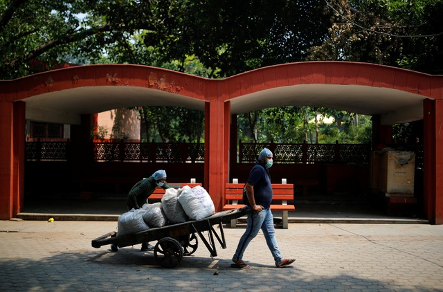 Ám ảnh những bao tải tro cốt vô thừa nhận trong lò hỏa táng ở Ấn Độ - 3