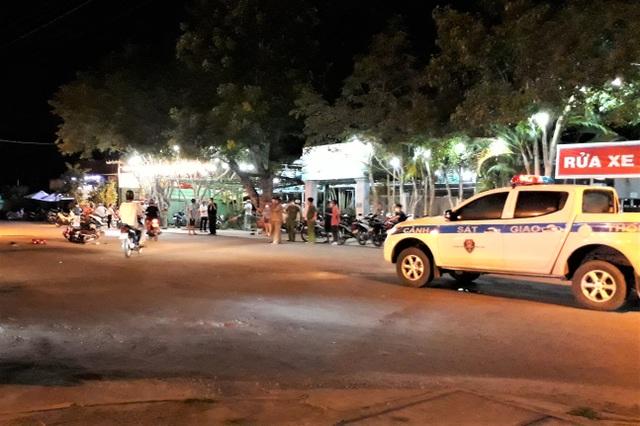Ô tô 7 chỗ lao vào quán cà phê, ủi hàng loạt xe máy, 3 người bị thương - 1