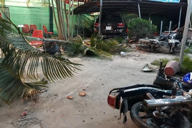 Ô tô 7 chỗ lao vào quán cà phê, ủi hàng loạt xe máy, 3 người bị thương - 2