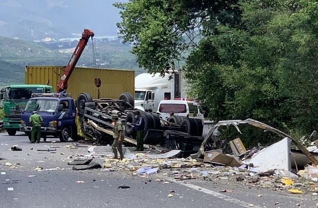 Xe tải nát bét sau khi tông vào vách núi, 2 người tử vong trong cabin - 7