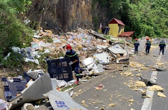 Xe tải nát bét sau khi tông vào vách núi, 2 người tử vong trong cabin - 6