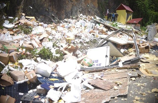 Xe tải nát bét sau khi tông vào vách núi, 2 người tử vong trong cabin - 4