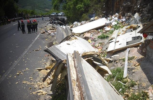 Xe tải nát bét sau khi tông vào vách núi, 2 người tử vong trong cabin - 5