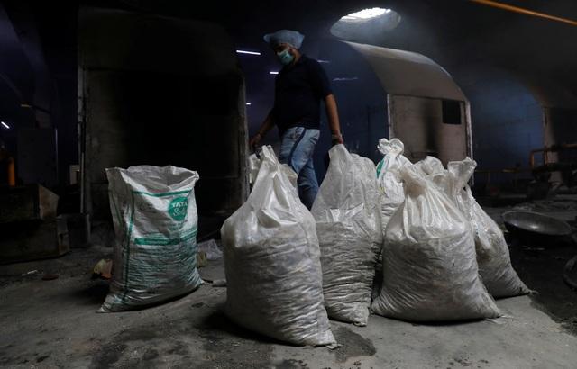 Ám ảnh những bao tải tro cốt vô thừa nhận trong lò hỏa táng ở Ấn Độ - 2