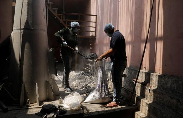 Ám ảnh những bao tải tro cốt vô thừa nhận trong lò hỏa táng ở Ấn Độ - 1