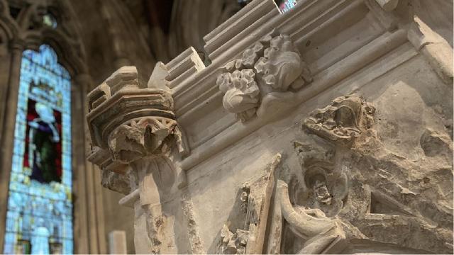 Nhà thờ chạm khắc khẩu trang lên bức tượng, đánh dấu đại dịch Covid-19 - 1