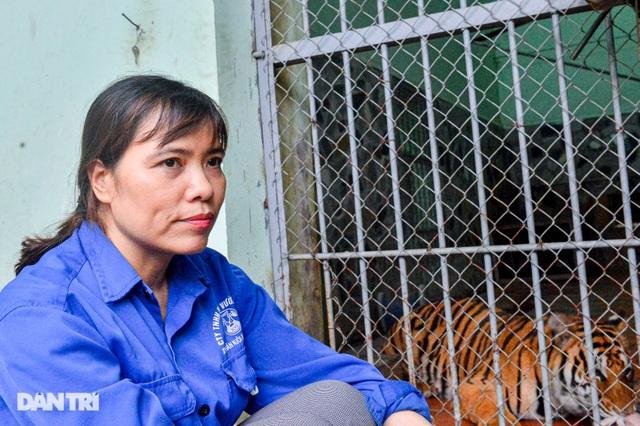 Lạ lùng người phụ nữ 20 năm tắm cho hổ, bắt rận cho sư tử - 1
