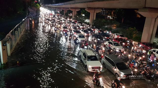 Hà Nội: Lau bugi xe sau cơn mưa lớn kiếm bộn tiền - 1