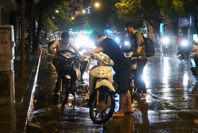 Hà Nội: Lau bugi xe sau cơn mưa lớn kiếm bộn tiền - 3