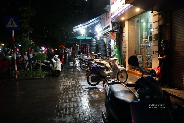 Hà Nội: Lau bugi xe sau cơn mưa lớn kiếm bộn tiền - 4