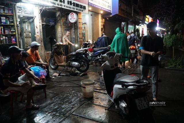 Hà Nội: Lau bugi xe sau cơn mưa lớn kiếm bộn tiền - 5