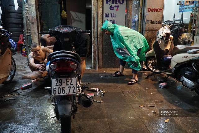 Hà Nội: Lau bugi xe sau cơn mưa lớn kiếm bộn tiền - 6