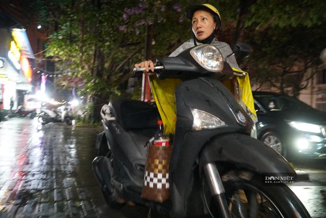 Hà Nội: Lau bugi xe sau cơn mưa lớn kiếm bộn tiền - 9