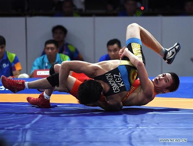 Vận động viên Trung Quốc chửi mắng trọng tài, đập phá bàn ghế - 2