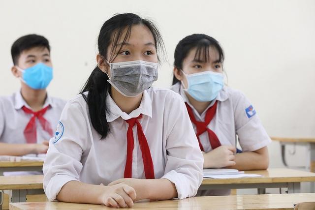 Hàng trăm học sinh nghỉ học do thầy giáo đi cùng xe với bệnh nhân Covid-19 - 1