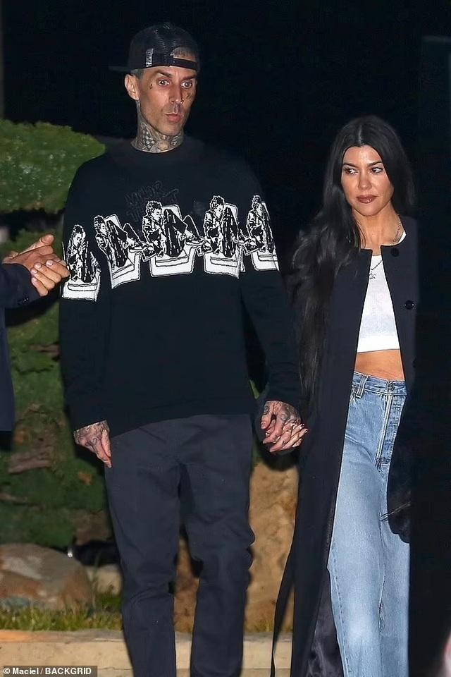 Kourtney Kardashian tự tay xăm lên người bạn trai - 7