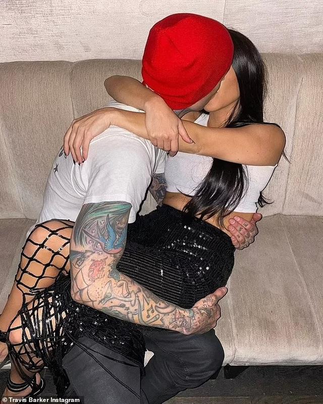 Kourtney Kardashian tự tay xăm lên người bạn trai - 8
