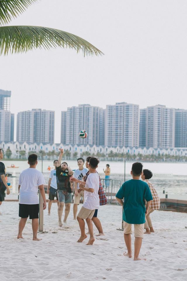 Trẻ em chơi bóng chuyền bãi biển tại Vinhomes Ocean Park Hà Nội