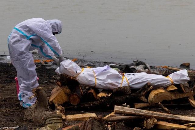 Ấn Độ: Hơn 4.000 người chết trong một ngày, hàng loạt thi thể vùi trong cát - 1