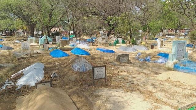Hết đất an táng, nghĩa trang Ấn Độ đào mộ cũ lấy chỗ chôn nạn nhân Covid-19 - 1