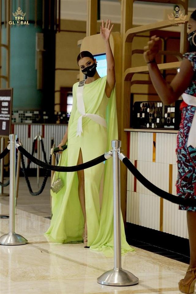 Hoa hậu Hoàn vũ Thái Lan bị bạn thi đạp rách váy