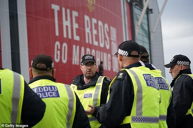 Cổ động viên Man Utd lại làm loạn ở Old Trafford trước trận gặp Liverpool - 7